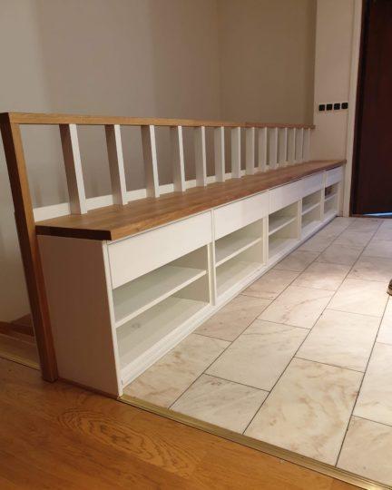 Halvmöbel med integrerat trappräcke